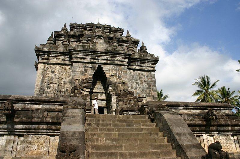 Candi Mendut, Candi dengan Arca Budha Raksasa